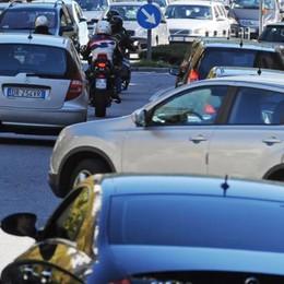 Bimba di un anno chiusa in auto  Allarme in viale Fratelli Rosselli