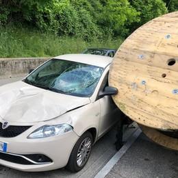 Tavernerio, una bobina   distrugge un'auto