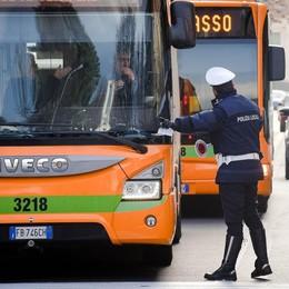 Bus, chiede il biglietto Autista aggredito  da cinque passeggeri