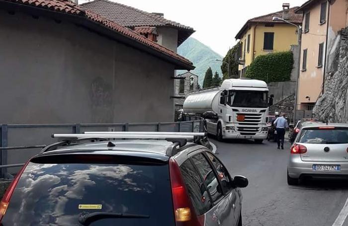 La situazione a Spurano di Ossuccio, complicata anche dalla presenza dei camion (Palumbo)