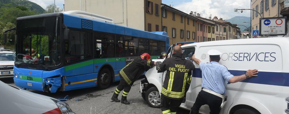 Como, schianto tra bus e furgone   in piazza San Rocco: 6 feriti