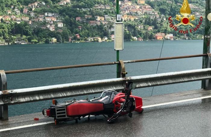 La moto finita contro il guard rail