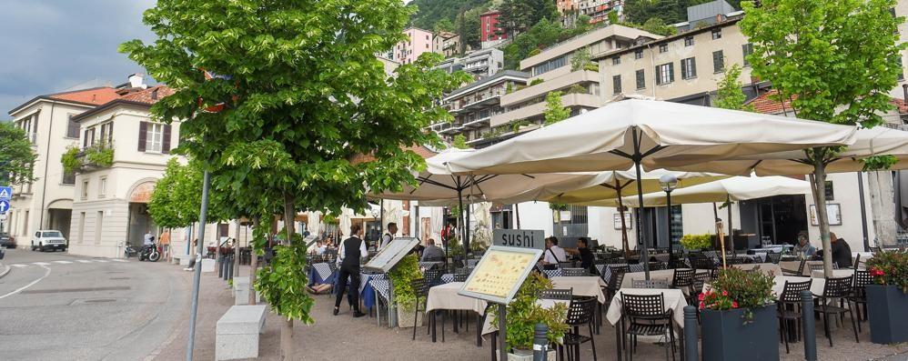 Lite sulla movida in piazza De Gasperi   Il residente: «In gioco la mia salute»