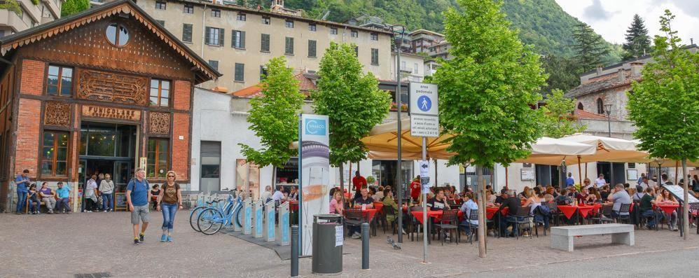 Movida e polemiche  Il barista rilancia:  «Dehors anti rumore»