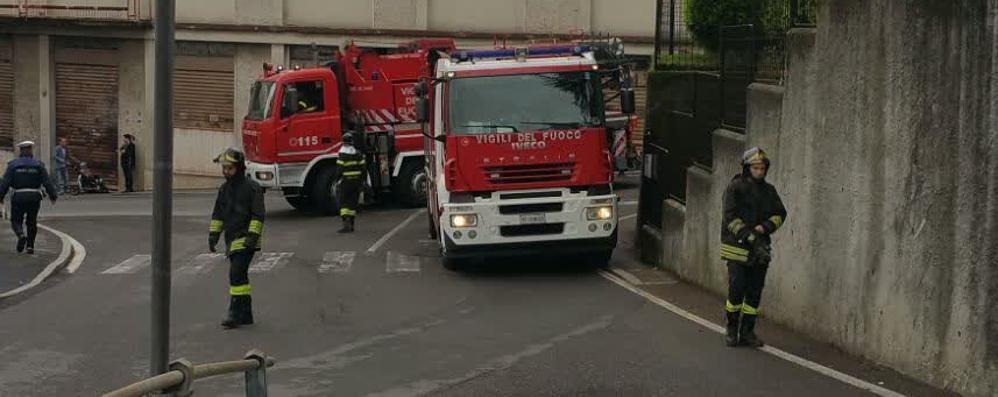 Bilico bloccato in via Asiago Cantù, arrivano i vigili del fuoco