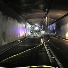 Bus in fiamme nel tunnel  Chiuso il San Bernardino