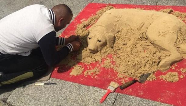 Como, nuovi artisti di strada  Cane di sabbia in piazza Duomo