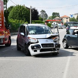 Lomazzo, accosta per prelevare  Tamponato da un'altra auto