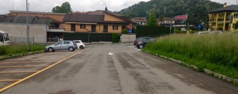 Ditta paga la sosta ai frontalieri  E li trasporta gratis in Svizzera