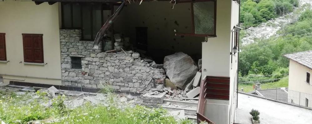 Gallivaggio, frana controllata (video) Ma un masso sfonda una casa