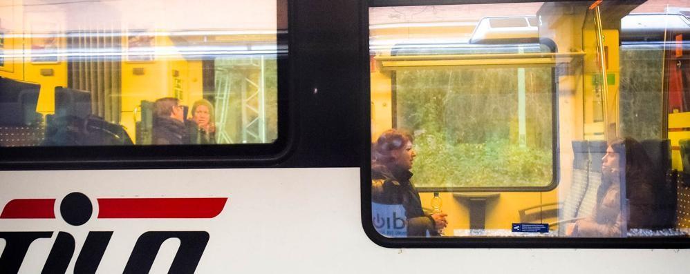 La beffa: mezzo treno chiuso  E nell'altro pendolari in piedi