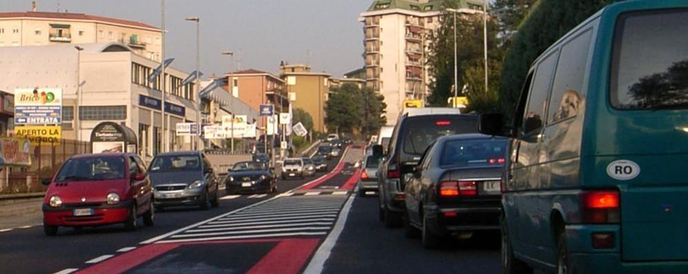 Troppo traffico sulla Como-Lecco  «Mettete treni per gli studenti»