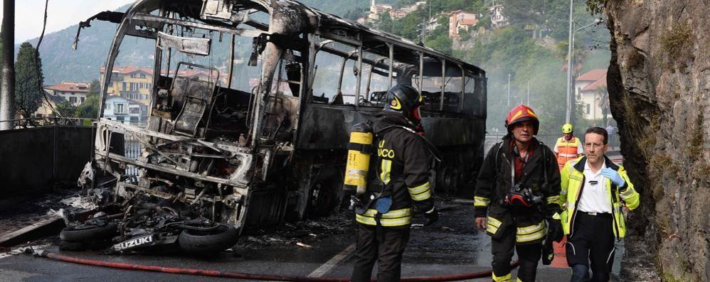Bus in fiamme dopo lo scontro  Un morto sulla Provinciale 72