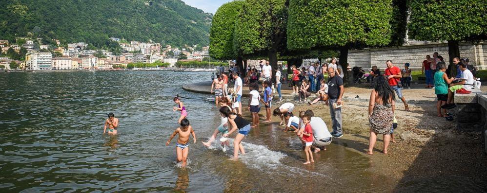 Tuffi nel lago vietati ai giardini a lago  A Como arrivano i nuovi cartelli di divieto