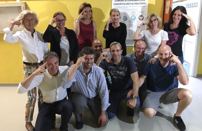 Il nuovo sindaco di Cernobbio, Matteo Monti, con i candidati della sua lista Cernobbio in testa