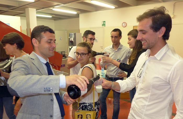 Il sindaco Giuseppe Costanzo offre spumante per brindare al successo elettorale