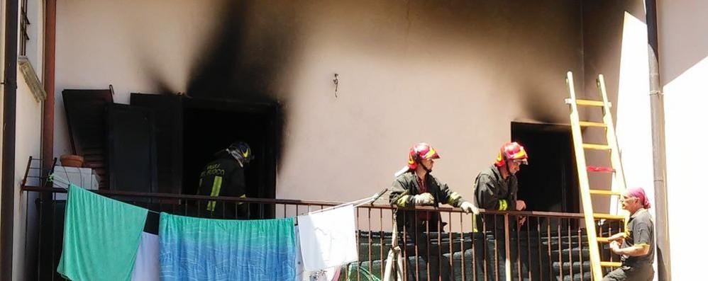 Bimbo provoca incendio in casa  Chiede aiuto, salvato dal vicino
