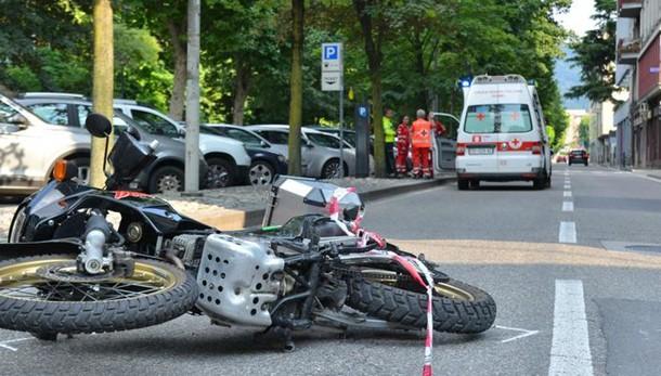 Viale Varese, scontro auto-moto  Due giovani portati in ospedale