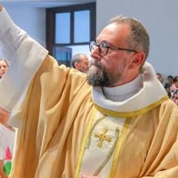 Como: l'abbraccio dei fedeli  al nuovo parroco  Che folla a Sant'Agata