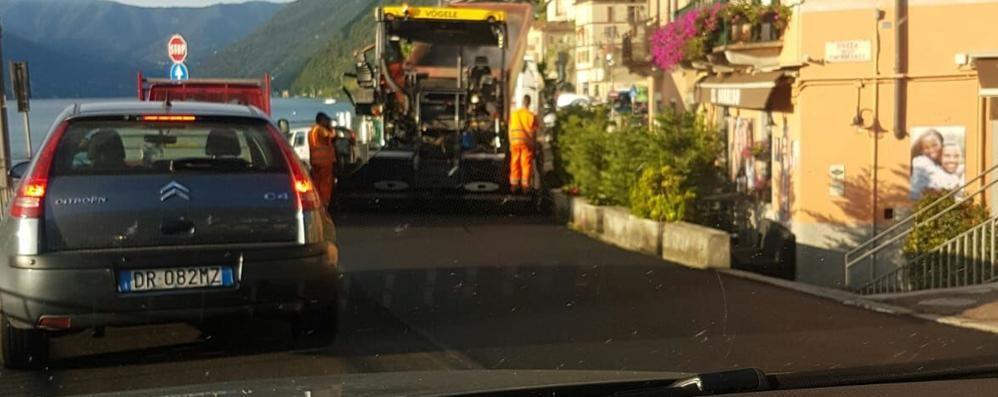 Regina, asfaltature dopo l'orario  Lunghe code ad Argegno