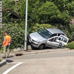 San Fermo, auto fuori strada  Resta in bilico sulla recinzione