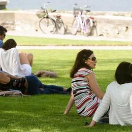 In costume sui prati  Villa Olmo, il parco  come una spiaggia