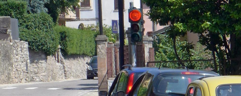 Montorfano, troppi passano con il rosso  Il semaforo della strettoia darà le multe