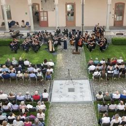 Cantù, parte l'irrigatore al concerto   Bagnati musicisti e pubblico