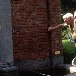 I pesci ritornano nella fontana  dopo il furto a Rovello