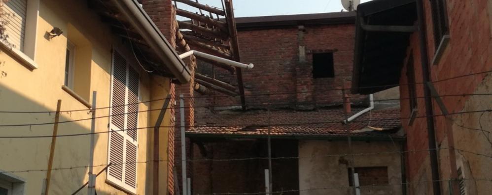 Lurago Marinone, cade dal tetto   Grave dopo un volo di sei metri