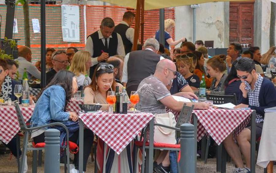 Tavolini in piazza De Gasperi  Da stasera scatta il coprifuoco