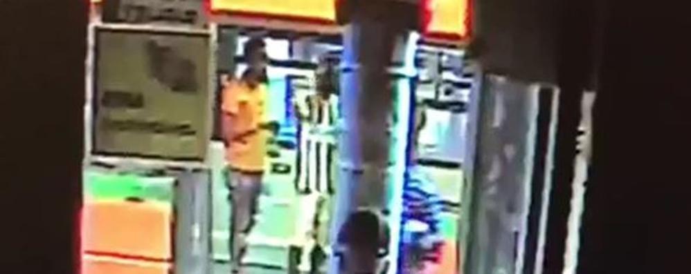 Aggressione sul bus, la testimone  «Due arrestati erano altrove»