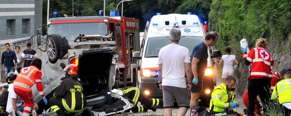 Auto si ribalta sulla statale del Maloja. Muore a 19 anni, feriti i due amici che viaggiavano con lui