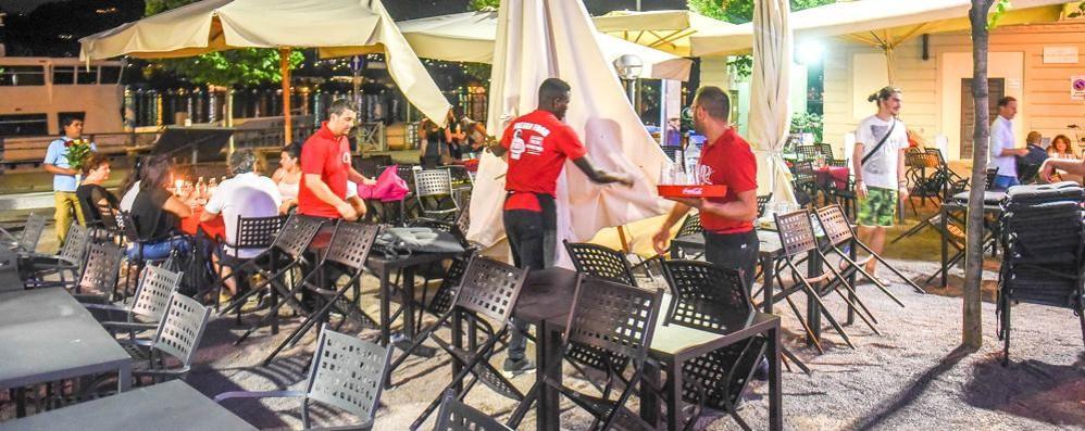 Tavolini, scontro Butti-Gerosa  «Un errore la piazza». «Falso»  Lo sgombero alle 23 (video)