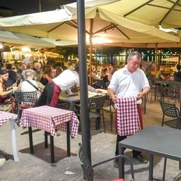 Piazza De Gasperi, coprifuoco beffa   Pochi metri più in là si può tirare tardi  E l'assessore attacca i vigili