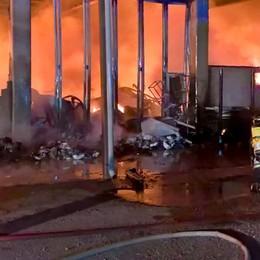 Carugo: devastante incendio  in due capannoni