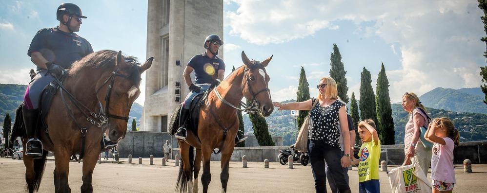 Sicurezza: polizia a cavallo  pattuglia la zona a lago