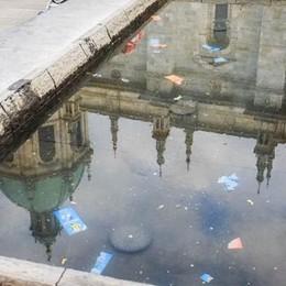 Tedesco si lava e si rade   nella fontana di piazza Grimoldi