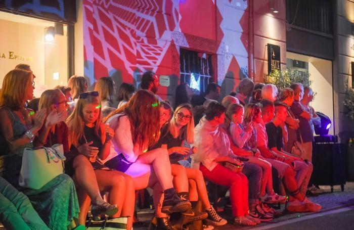 Cernobbio sfilata di moda organizzata dai commercianti nella strettoia