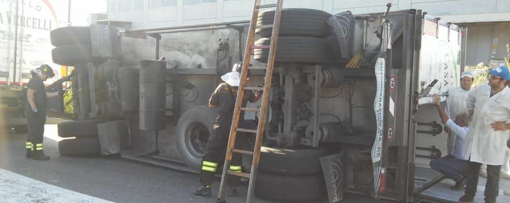 Turate, rimorchio ribaltato  Pompieri in via Isonzo