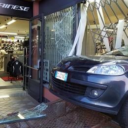 Sfondano la vetrina con l'auto rubata  Razzia di moto a Cermenate