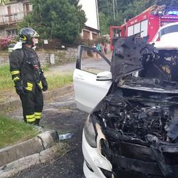 Auto in fiamme a Como vigili del fuoco a Tavernola