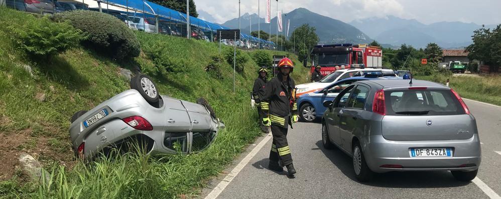 Albavilla, auto fugge al controllo e si ribalta  Conducente arrestato, feriti due poliziotti