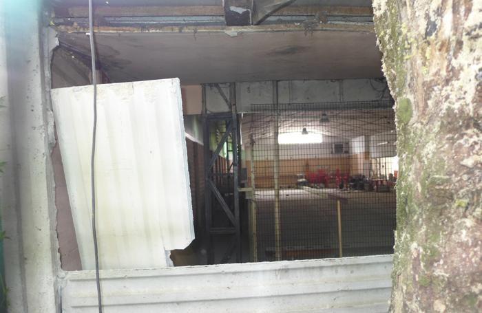 Uno dei muri sfondati dai ladri