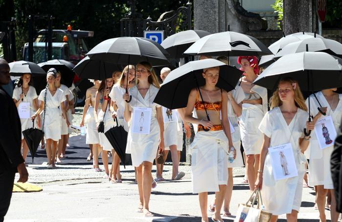 Le modelle tornano nel backstage dopo la prova al parco Olivelli (Selva)