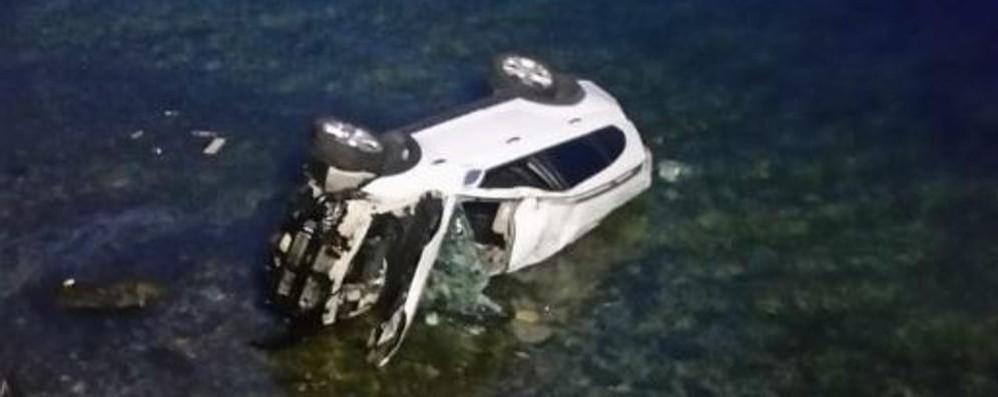 Fiumelatte, l'auto vola nel lago Conducente salvo