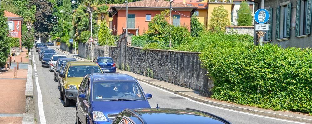 Via Bixio a senso unico  Lunghe code verso Como  e sarà così fino a venerdì