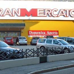 Assalto al Gran Mercato di via Viganò  Rapinatore fugge in bici con 2.500 euro