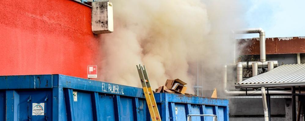 Va a fuoco il Toys center di via Cecilio  In azione i vigili del fuoco, nessun ferito