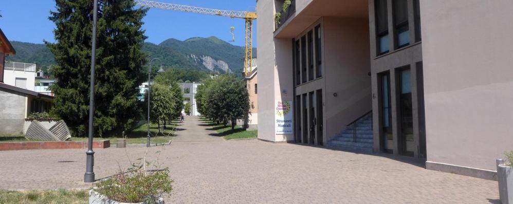Erba, l'onestà del netturbino  Trova 17mila euro e li porta ai Carabinieri